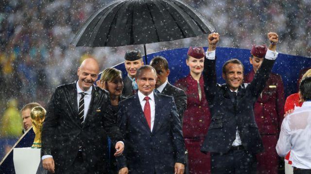 Những khoảnh khắc hài hước không thể nào quên của các vị nguyên thủ quốc gia trong trận Chung kết World Cup 2018 - Ảnh 13.