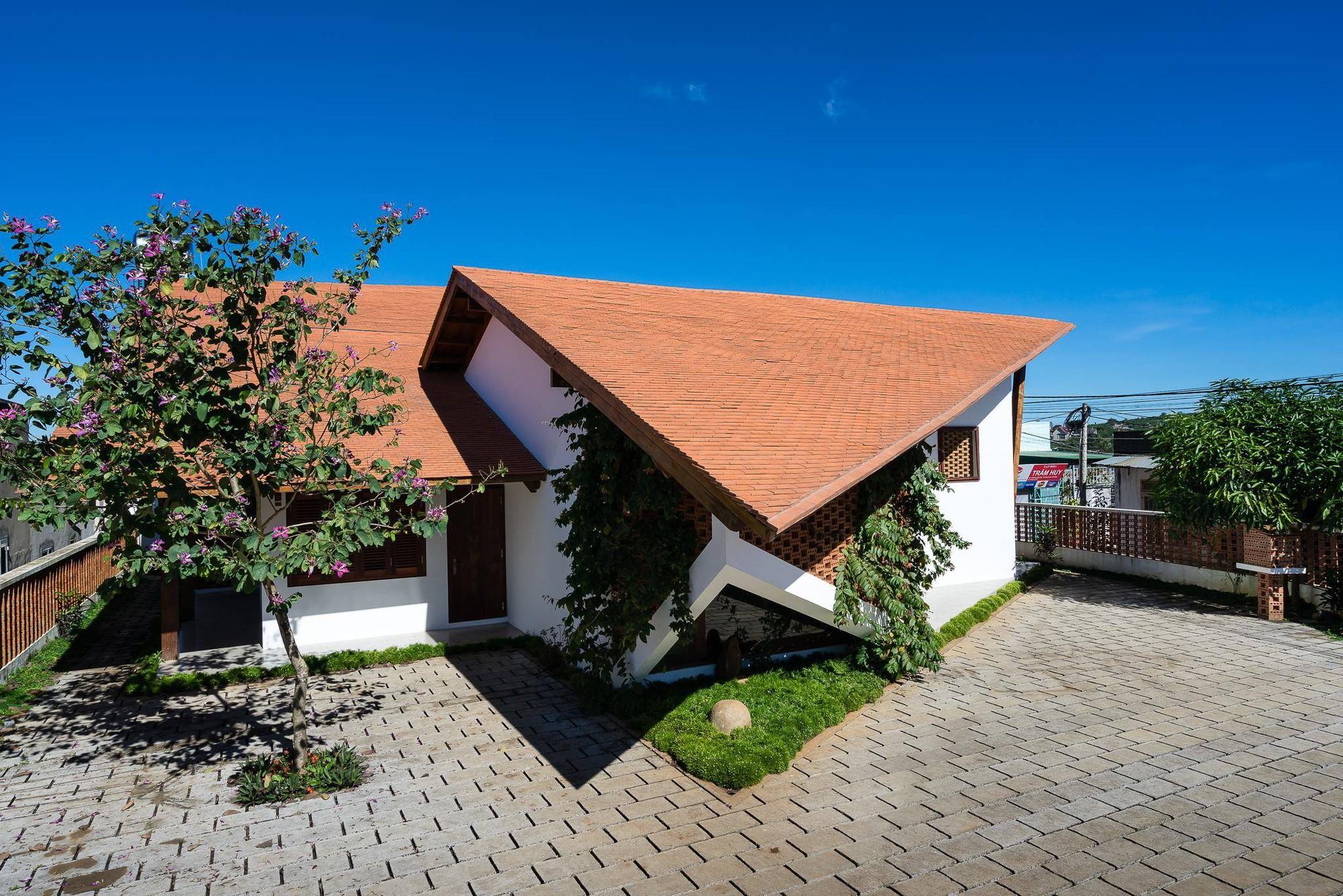 nha-dep-8-15317087448681797145330 Ngôi nhà mái ngói cấp 4 đẹp như resort khiến nhiều người ước mơ ở Lâm Đồng