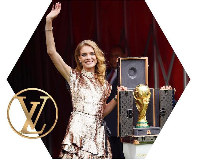 Trước khi đến tay đội vô địch, cúp vàng danh giá của World Cup 2018 được đặt trong vali Louis Vuitton sang chảnh nhường này - Ảnh 1.