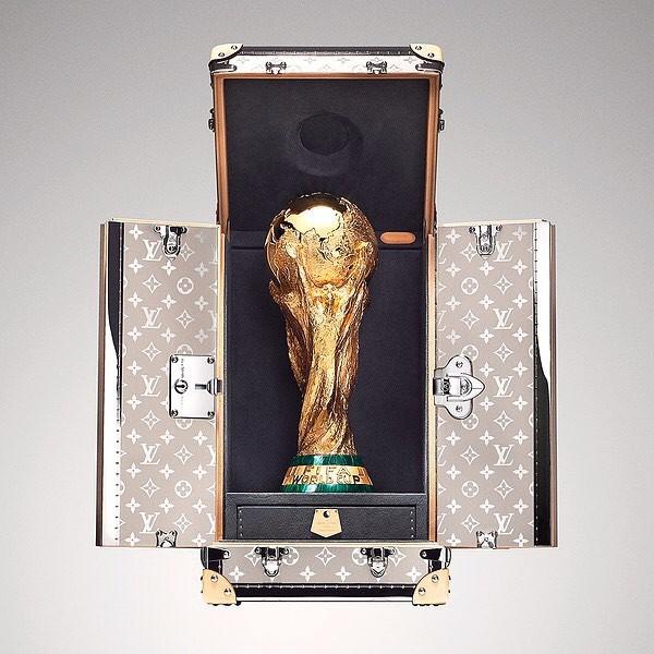 Trước khi đến tay đội vô địch, cúp vàng danh giá của World Cup 2018 được đặt trong vali Louis Vuitton sang chảnh nhường này - Ảnh 2.