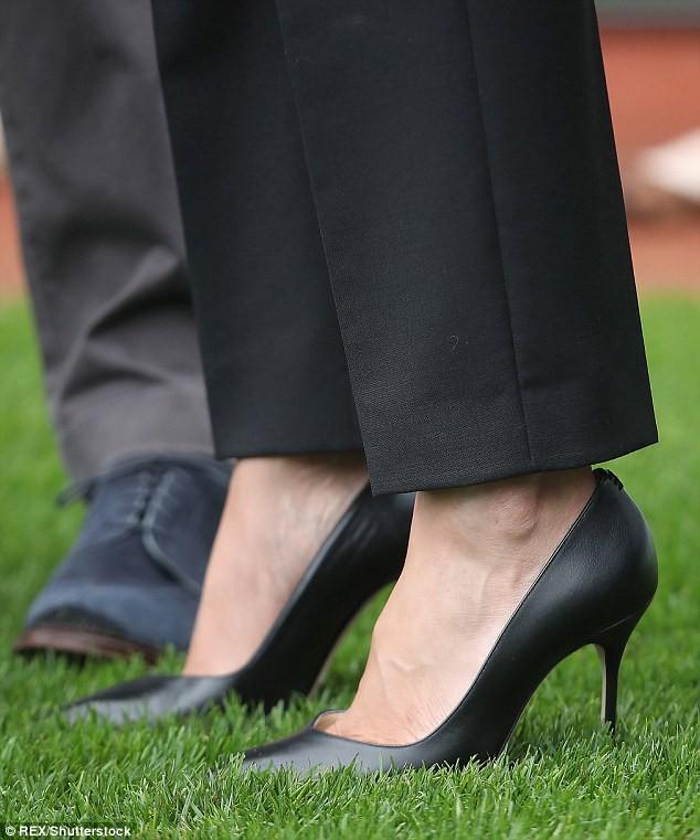 Lời lý giải cho việc Công nương Meghan luôn đi giày cao gót, bất chấp trên cả nền sân cỏ - Ảnh 4.