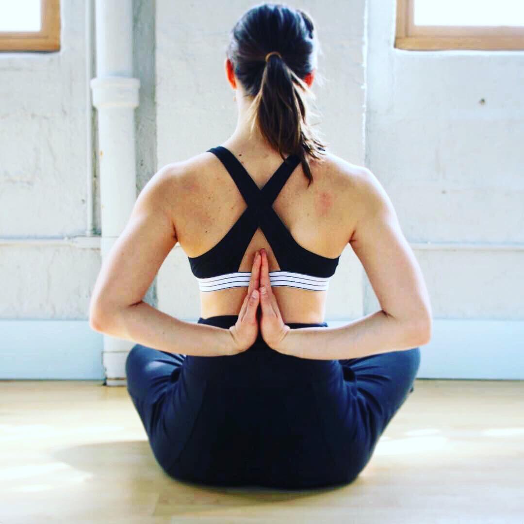 Mụn ở ngực cũng gây phiền toái chẳng kém các vùng khác và đây là 5 cách để ngăn ngừa, điều trị hiệu quả - Ảnh 2.