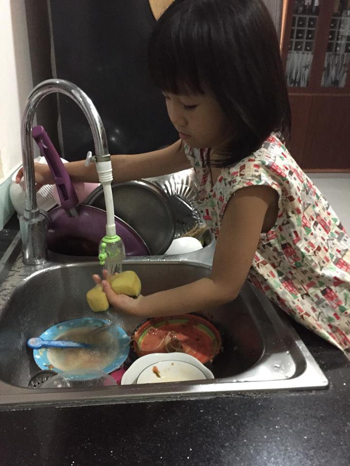 Mẹ giả bộ mệt để dụ 2 con làm việc nhà từ bé tí, kết quả hiện tại khiến ai cũng ngưỡng mộ - Ảnh 2.