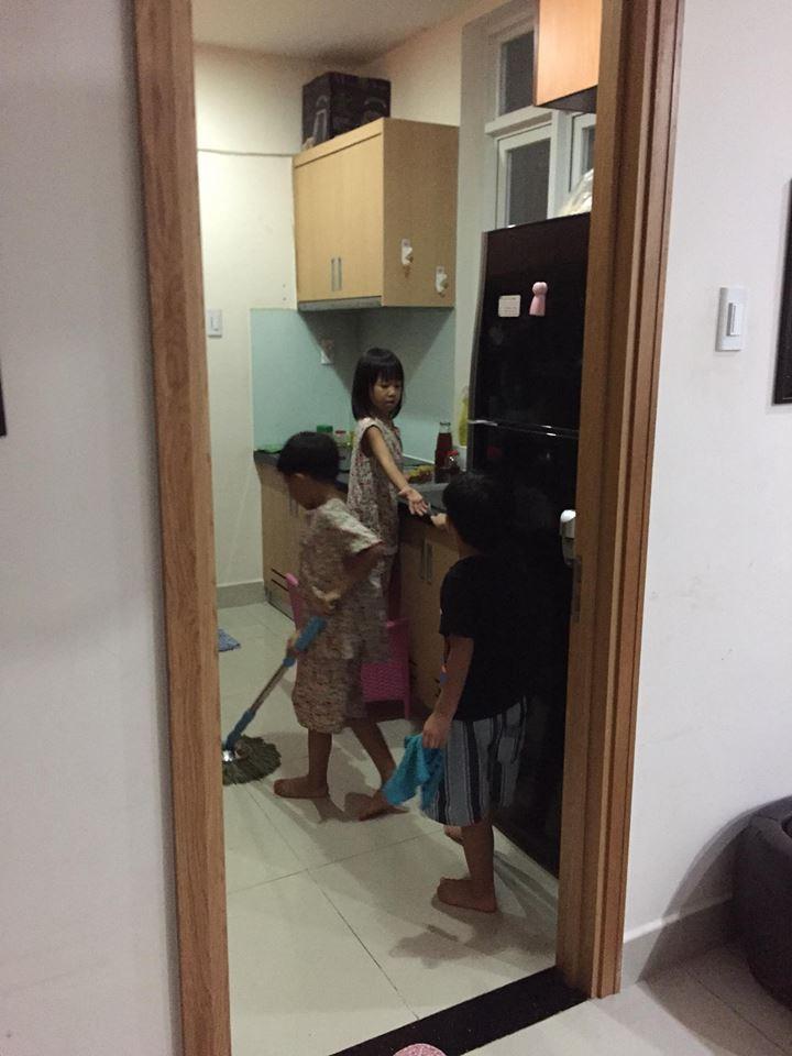 Mẹ giả bộ mệt để dụ 2 con làm việc nhà từ bé tí, kết quả hiện tại khiến ai cũng ngưỡng mộ - Ảnh 3.