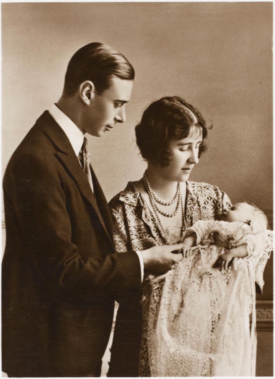 Lý do vì sao các em bé Hoàng gia Anh dù trai hay gái đều mặc cùng một chiếc váy dài trong ngày lễ rửa tội - Ảnh 3.