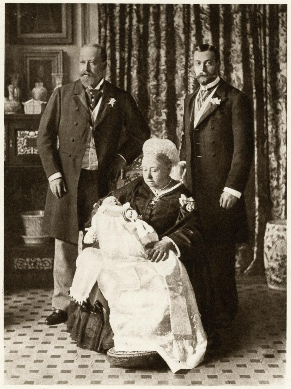 Lý do vì sao các em bé Hoàng gia Anh dù trai hay gái đều mặc cùng một chiếc váy dài trong ngày lễ rửa tội - Ảnh 2.