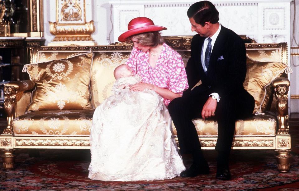 Lý do vì sao các em bé Hoàng gia Anh dù trai hay gái đều mặc cùng một chiếc váy dài trong ngày lễ rửa tội - Ảnh 4.