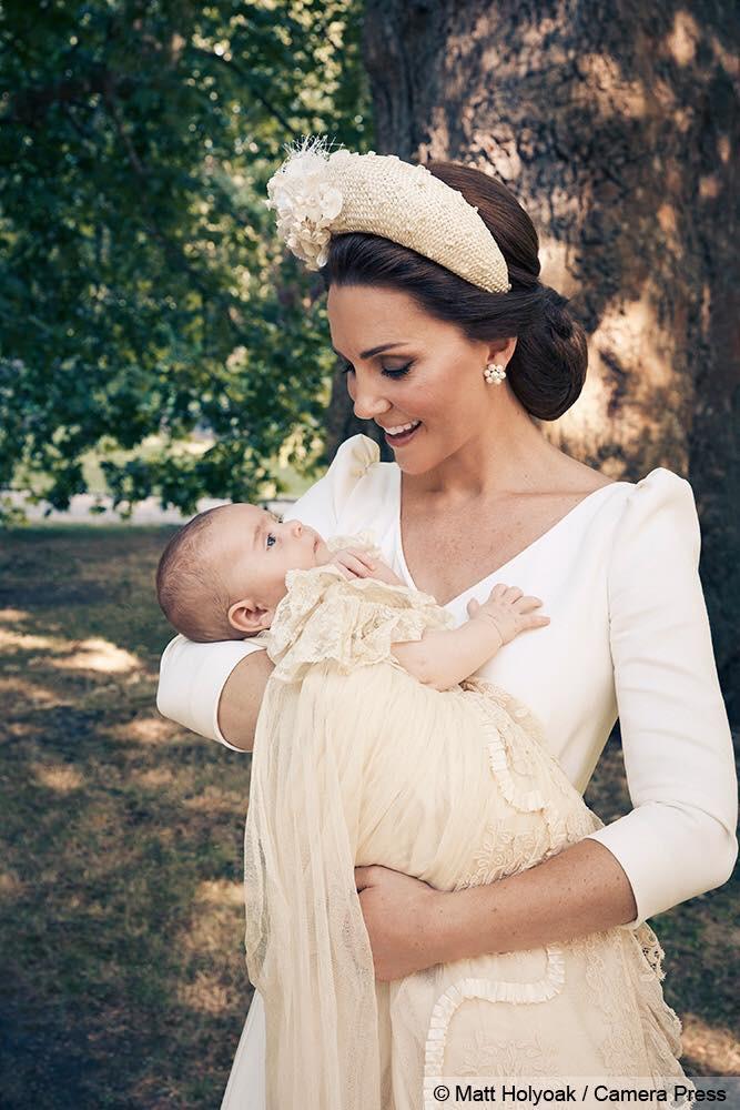 Lý do vì sao các em bé Hoàng gia Anh dù trai hay gái đều mặc cùng một chiếc váy dài trong ngày lễ rửa tội - Ảnh 1.