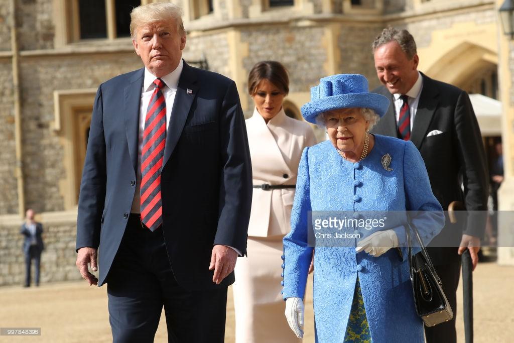 Đón tiếp Tổng thống Donad Trump, Nữ hoàng Anh đã chọn những món trang sức cài áo có ý nghĩa vô cùng đặc biệt - Ảnh 1.