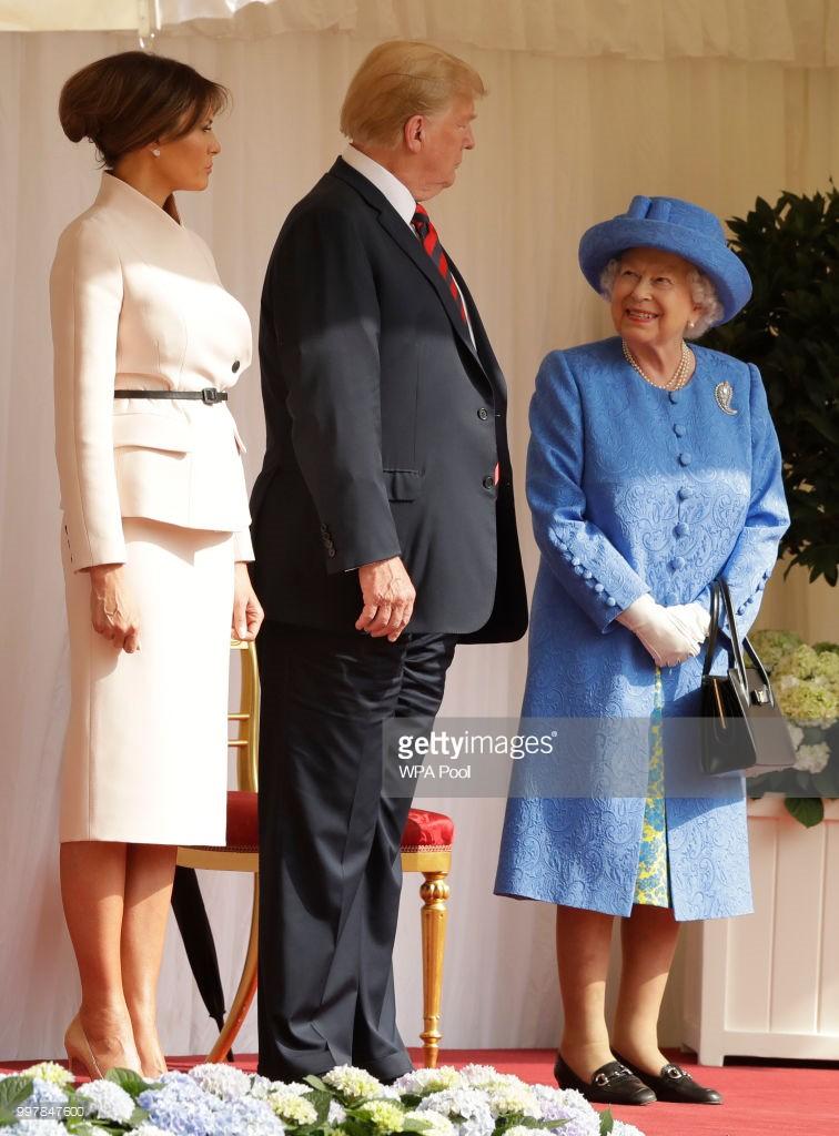 Đón tiếp Tổng thống Donad Trump, Nữ hoàng Anh đã chọn những món trang sức cài áo có ý nghĩa vô cùng đặc biệt - Ảnh 2.