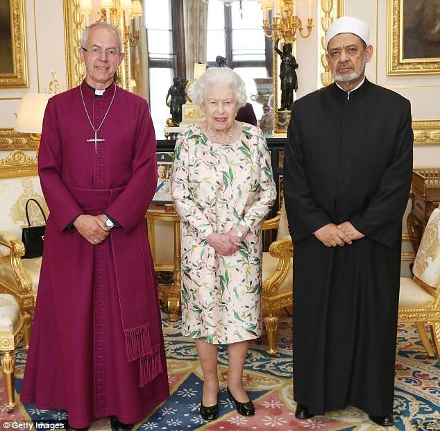Đón tiếp Tổng thống Donad Trump, Nữ hoàng Anh đã chọn những món trang sức cài áo có ý nghĩa vô cùng đặc biệt - Ảnh 5.
