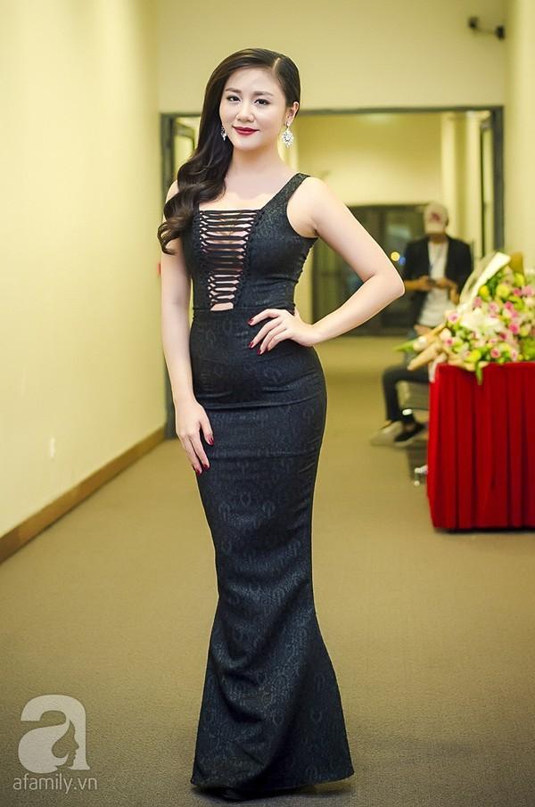 Trang phục dự sự kiện có thể mất điểm, nhưng street style của Văn Mai Hương lại rất trẻ trung và thu hút  - Ảnh 7.
