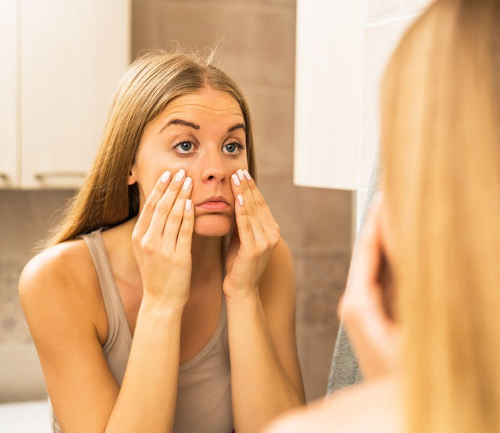Nằm nghiêng khi ngủ rất dễ có nếp nhăn trên mặt, ngực chảy xệ, làm ngay một vài điều đơn giản này để khắc phục - Ảnh 3.