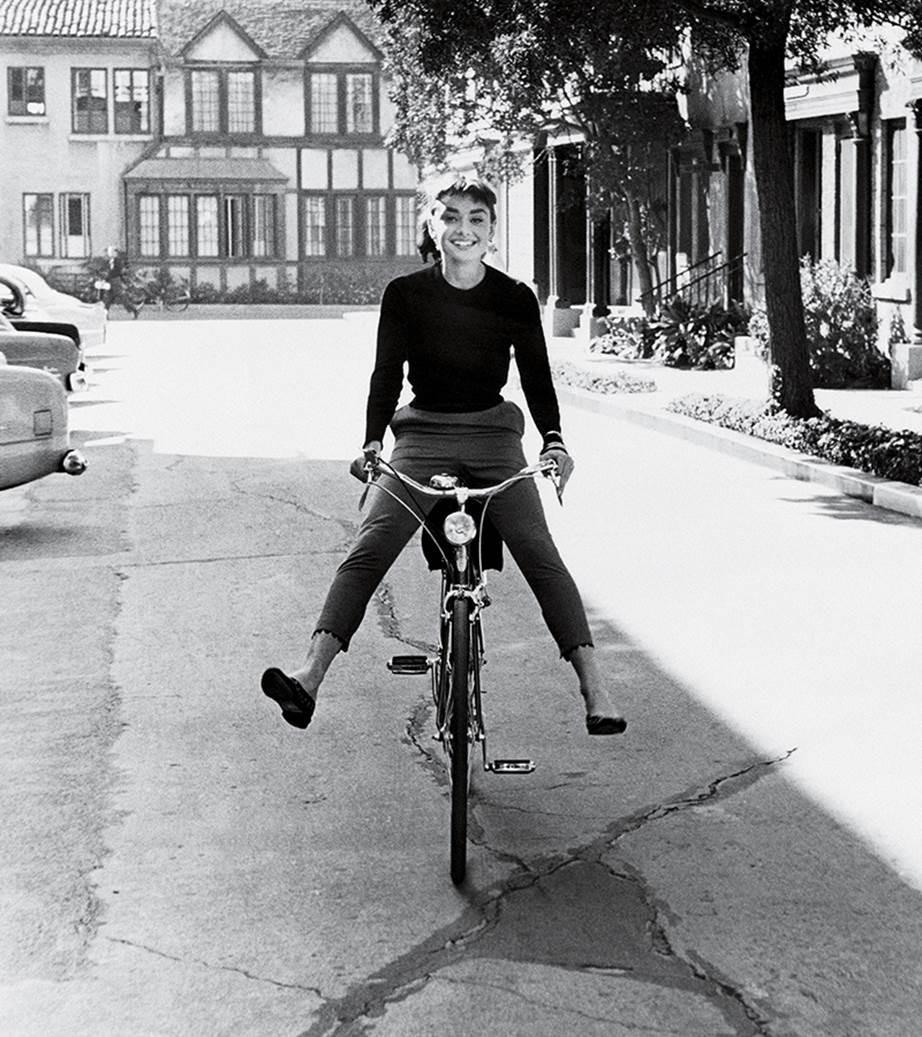 """Chỉ có thể là biểu tượng nhan sắc của mọi thời đại - Audrey Hepburn: diện đồ tối giản, đậm chất """"tomboy"""" mà vẫn đẹp đến nao lòng - Ảnh 1."""