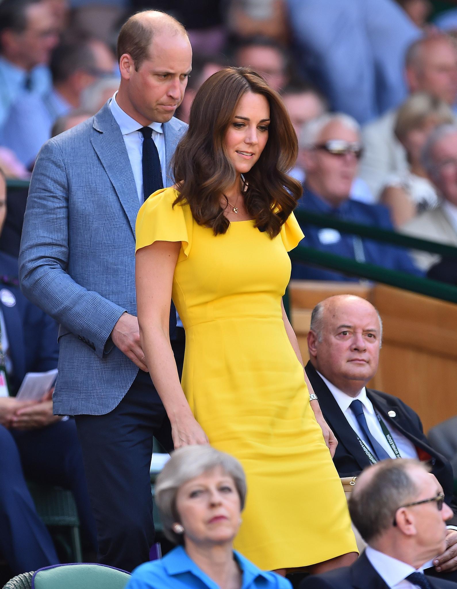 Mặc đẹp là thế, ai ngờ mẫu váy vàng rực rỡ này của Công nương Kate lại từng bị Hoàng tử William ví như 1 quả chuối - Ảnh 6.