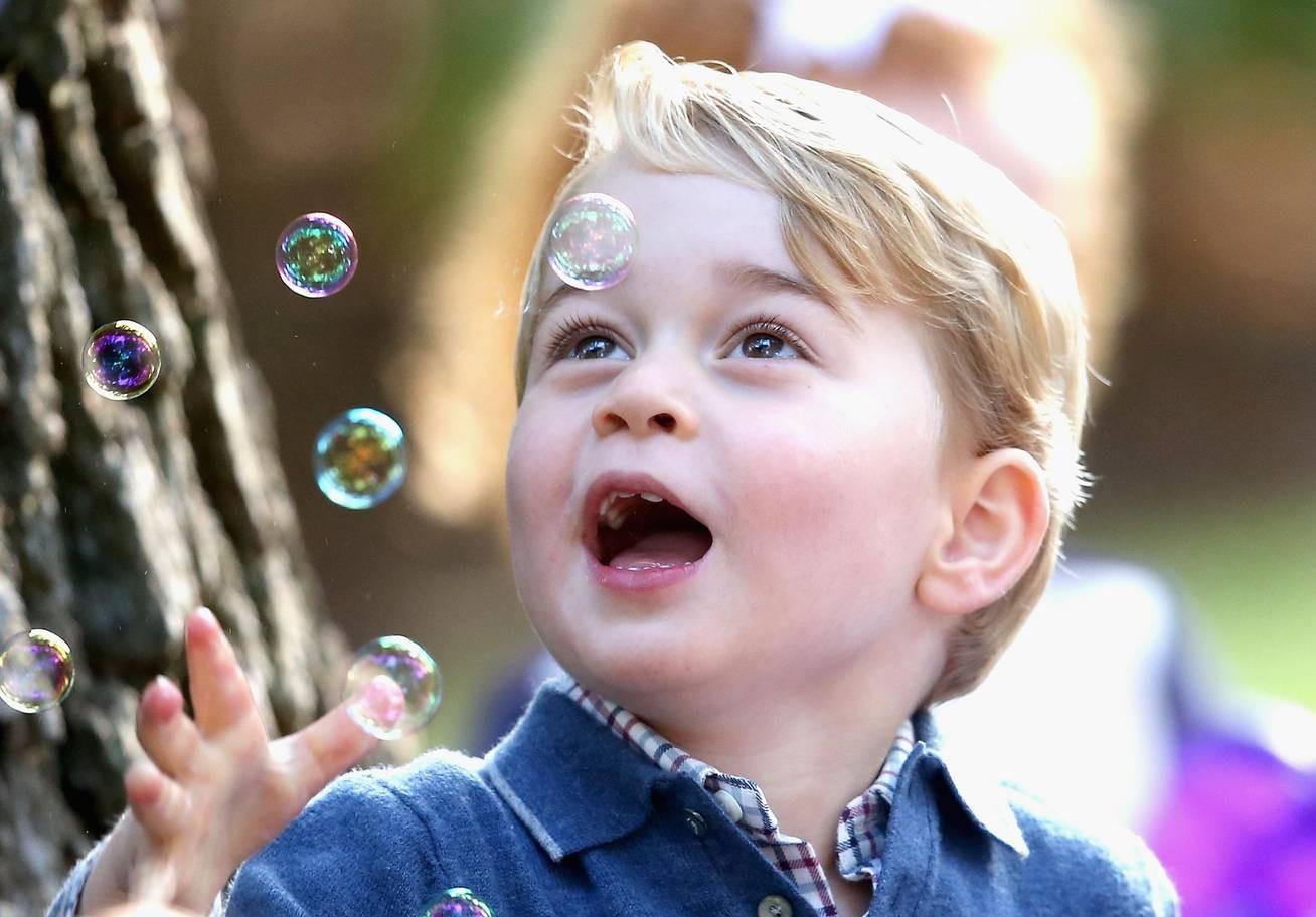 Hơn 40 bức ảnh ghi lại những khoảnh khắc cực đáng yêu cho thấy hành trình lớn lên của Hoàng tử George trong 5 năm đầu đời - Ảnh 18.