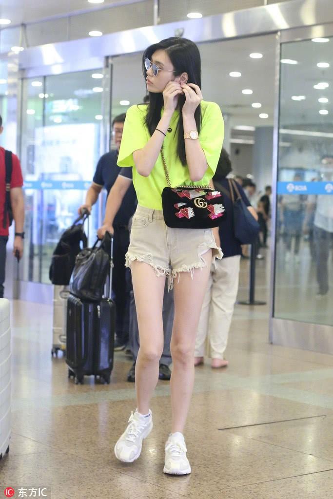 Cặp kè thiếu gia Macau kém 6 tuổi, Ming Xi liên tục đắp phụ kiện tiền tỷ tại sân bay - Ảnh 1.