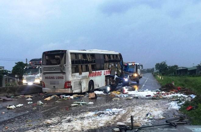 Xe khách giường nằm Hoàng Long bị lật vỡ nát ở Bình Thuận, 2 người chết 7 người bị thương 1