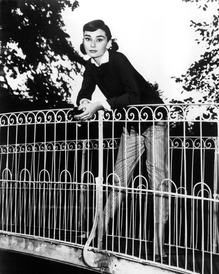 """Chỉ có thể là biểu tượng nhan sắc của mọi thời đại - Audrey Hepburn: diện đồ tối giản, đậm chất """"tomboy"""" mà vẫn đẹp đến nao lòng - Ảnh 9."""