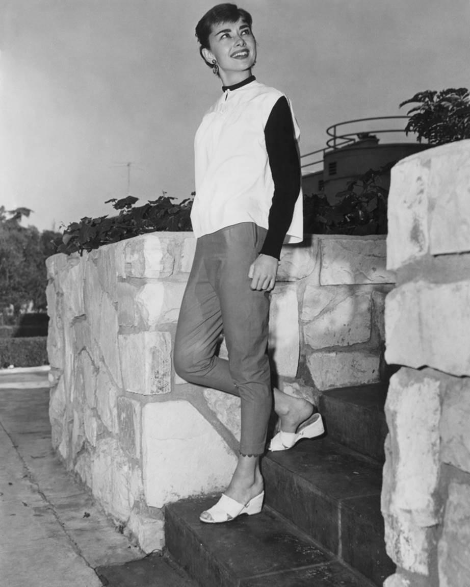 """Chỉ có thể là biểu tượng nhan sắc của mọi thời đại - Audrey Hepburn: diện đồ tối giản, đậm chất """"tomboy"""" mà vẫn đẹp đến nao lòng - Ảnh 10."""