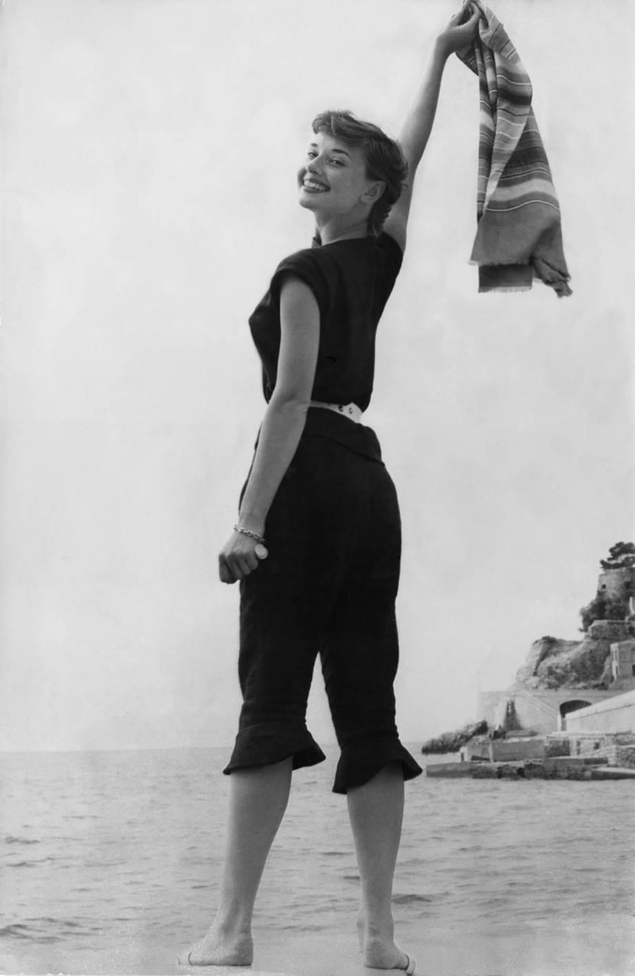 """Chỉ có thể là biểu tượng nhan sắc của mọi thời đại - Audrey Hepburn: diện đồ tối giản, đậm chất """"tomboy"""" mà vẫn đẹp đến nao lòng - Ảnh 11."""