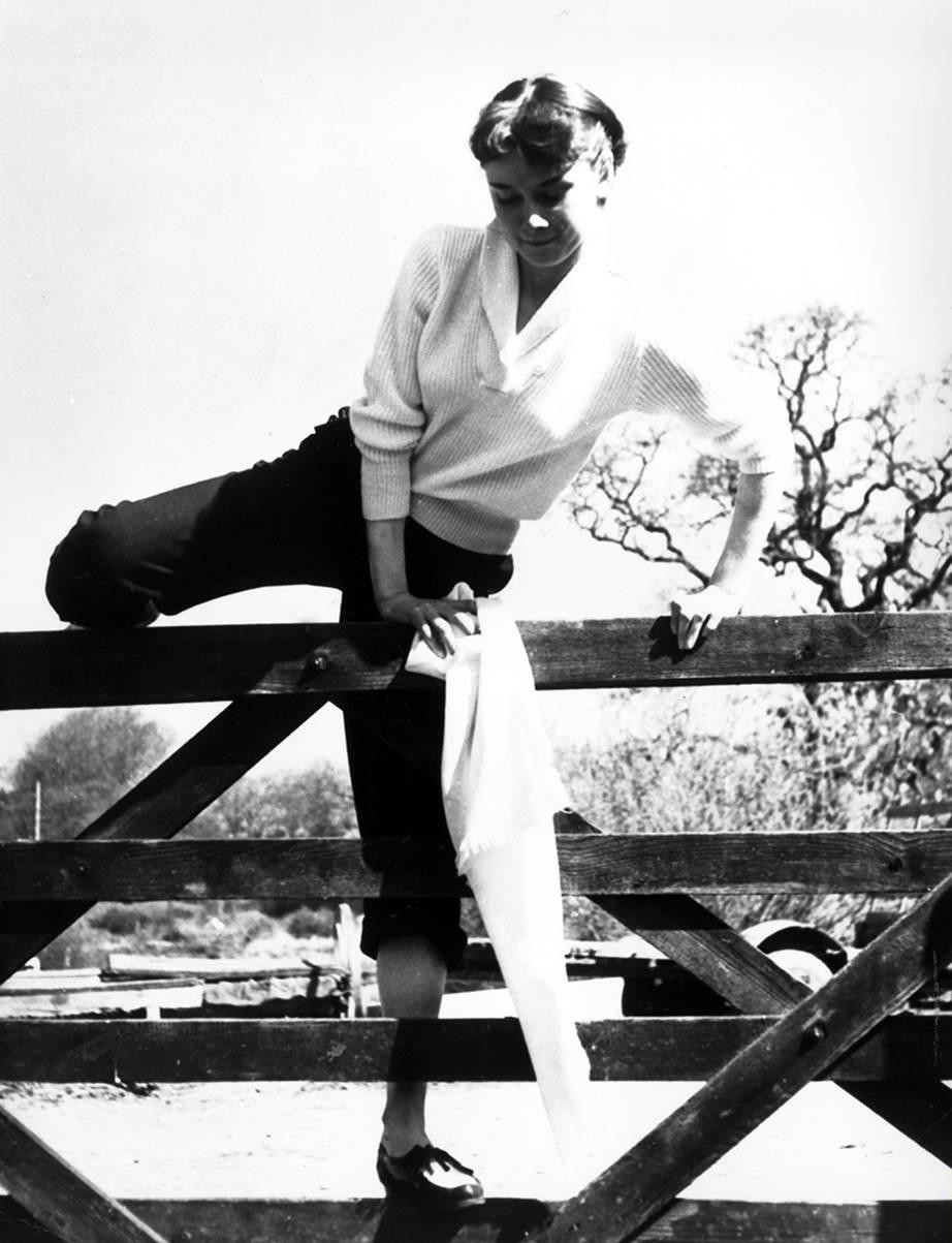 """Chỉ có thể là biểu tượng nhan sắc của mọi thời đại - Audrey Hepburn: diện đồ tối giản, đậm chất """"tomboy"""" mà vẫn đẹp đến nao lòng - Ảnh 12."""