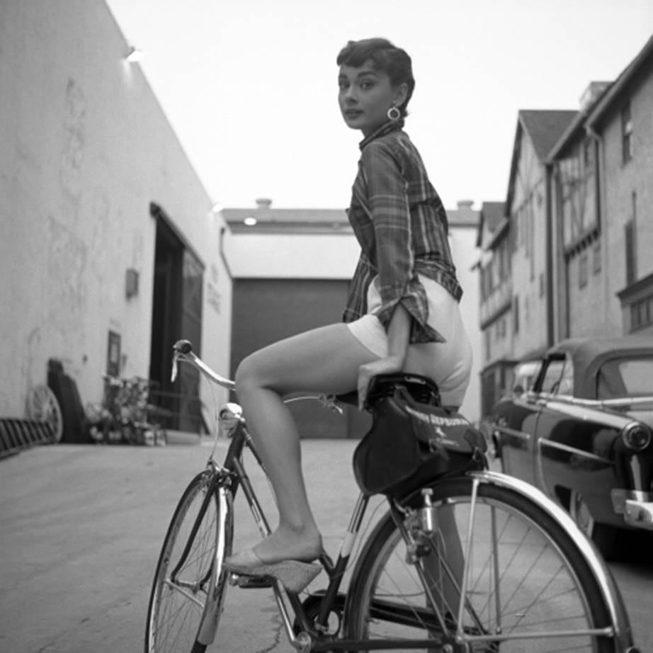 """Chỉ có thể là biểu tượng nhan sắc của mọi thời đại - Audrey Hepburn: diện đồ tối giản, đậm chất """"tomboy"""" mà vẫn đẹp đến nao lòng - Ảnh 2."""