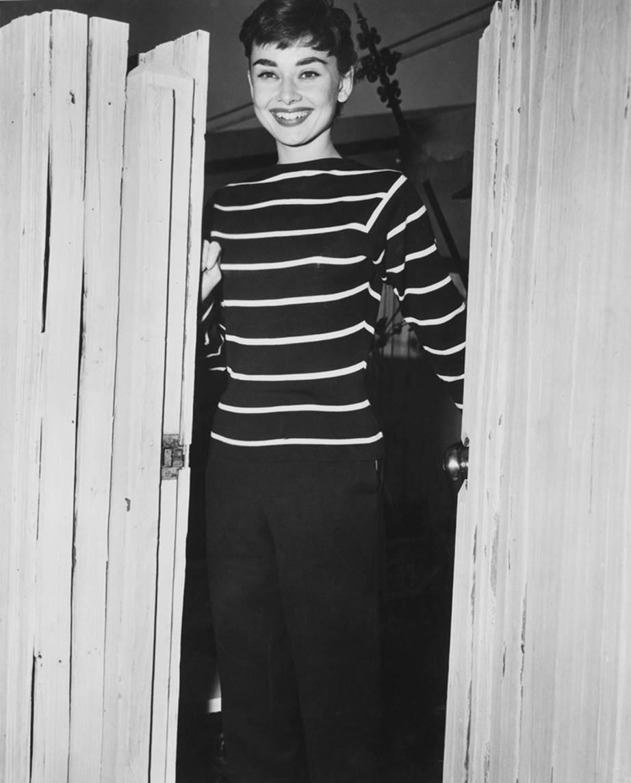 """Chỉ có thể là biểu tượng nhan sắc của mọi thời đại - Audrey Hepburn: diện đồ tối giản, đậm chất """"tomboy"""" mà vẫn đẹp đến nao lòng - Ảnh 5."""