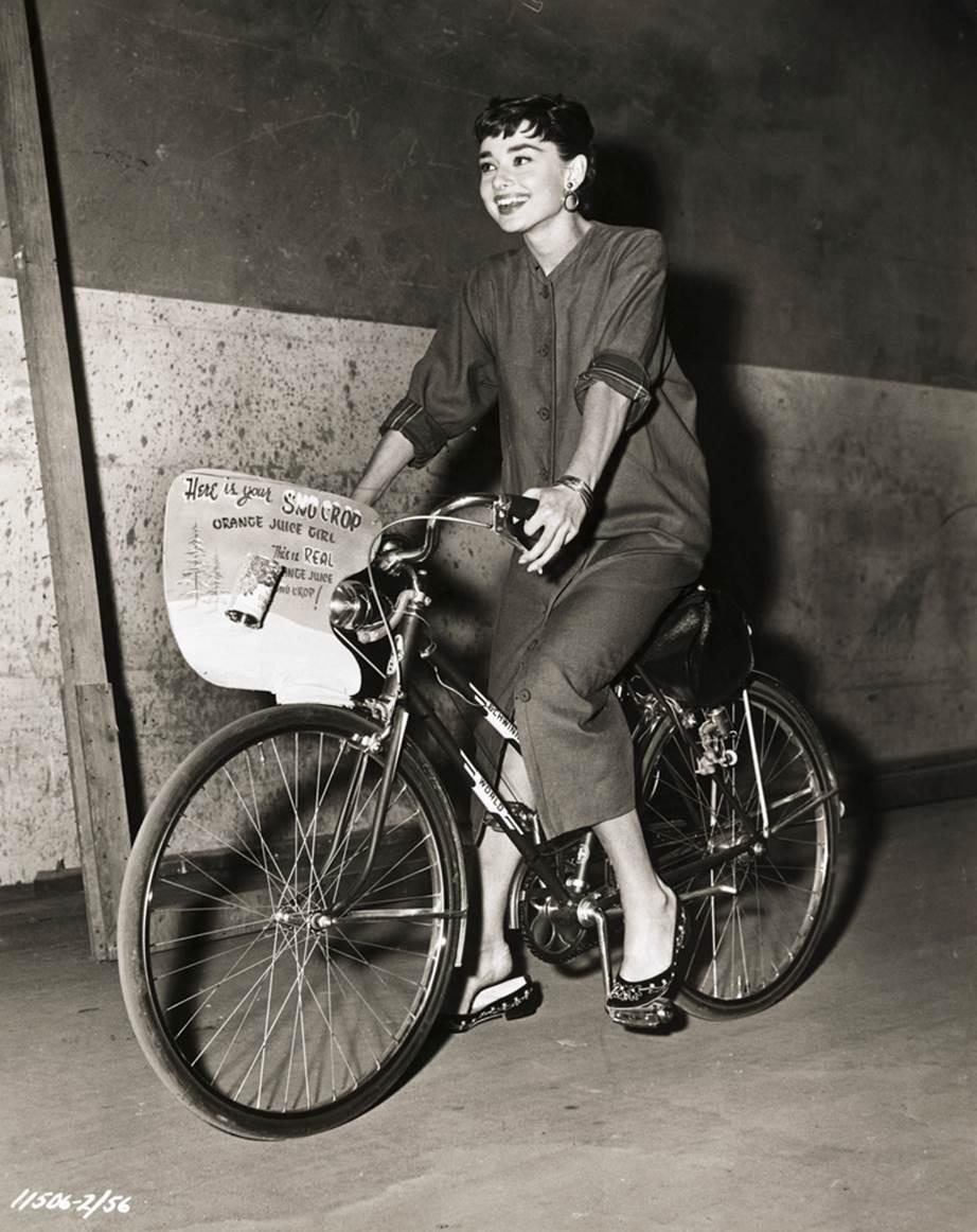 """Chỉ có thể là biểu tượng nhan sắc của mọi thời đại - Audrey Hepburn: diện đồ tối giản, đậm chất """"tomboy"""" mà vẫn đẹp đến nao lòng - Ảnh 6."""