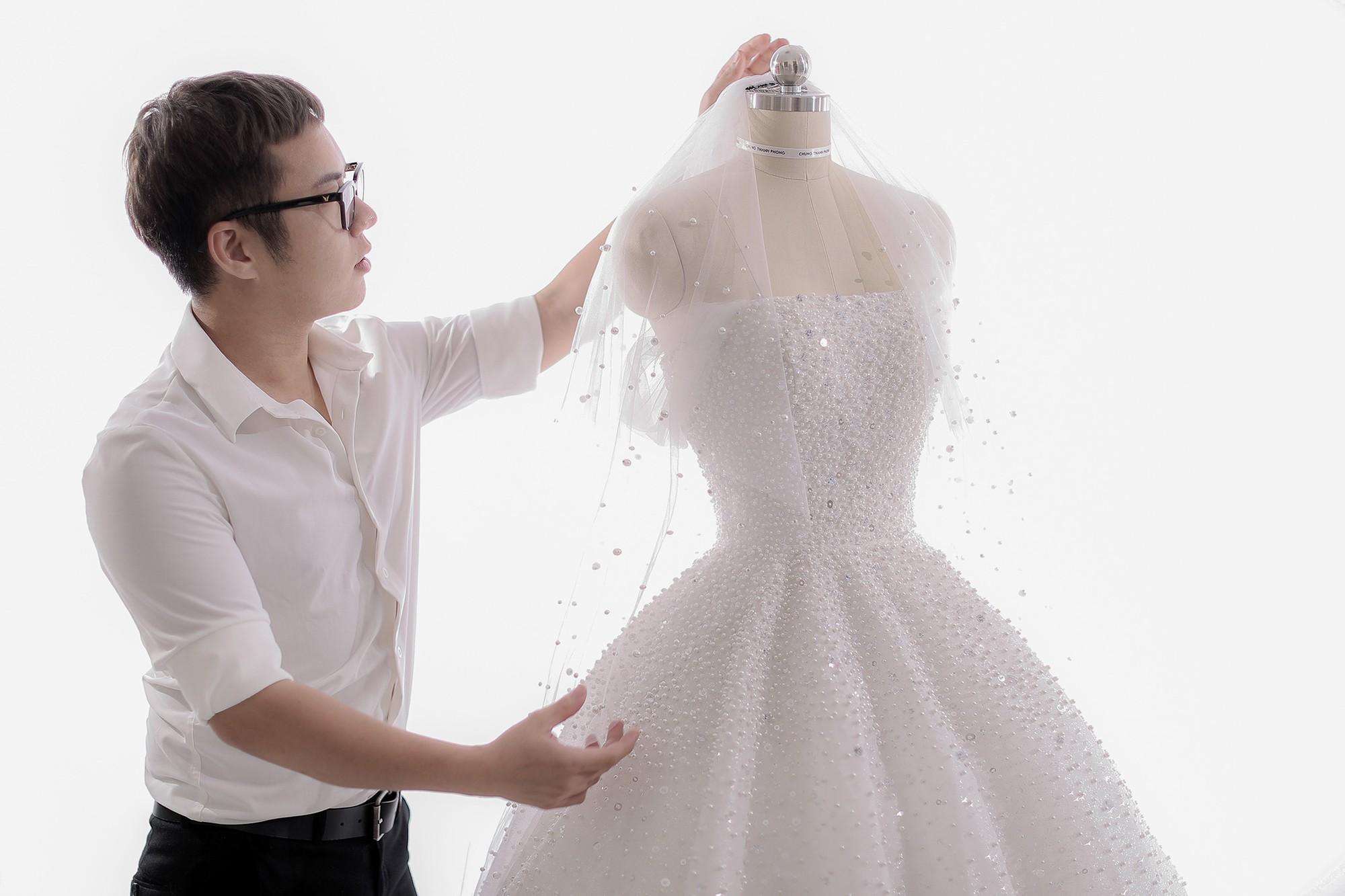 Á hậu Tú Anh lộng lẫy như cô dâu cổ tích khi diện váy cưới đính kết hơn 20.000 viên pha lê trong ngày trọng đại - Ảnh 2.
