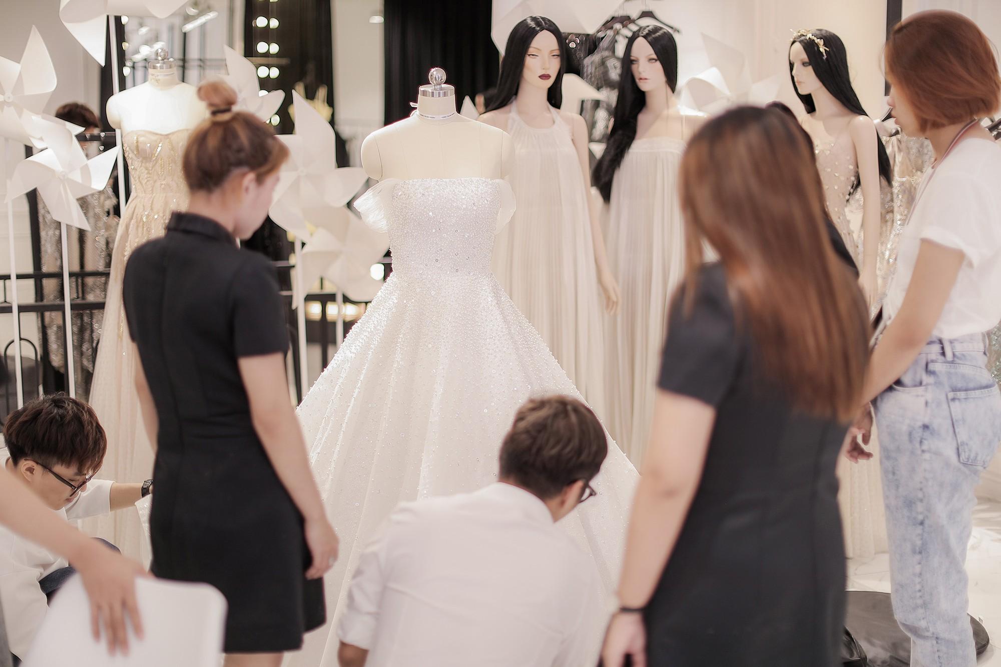 Á hậu Tú Anh lộng lẫy như cô dâu cổ tích khi diện váy cưới đính kết hơn 20.000 viên pha lê trong ngày trọng đại - Ảnh 7.