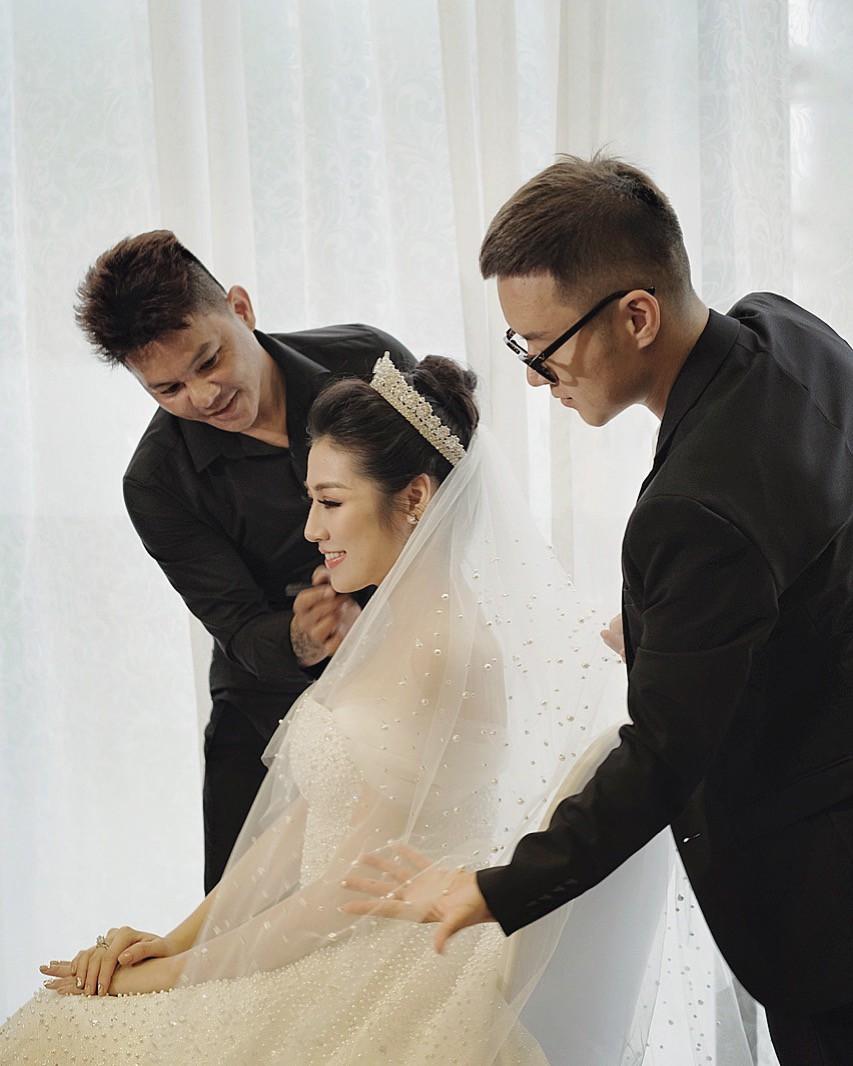 Á hậu Tú Anh lộng lẫy như cô dâu cổ tích khi diện váy cưới đính kết hơn 20.000 viên pha lê trong ngày trọng đại - Ảnh 4.