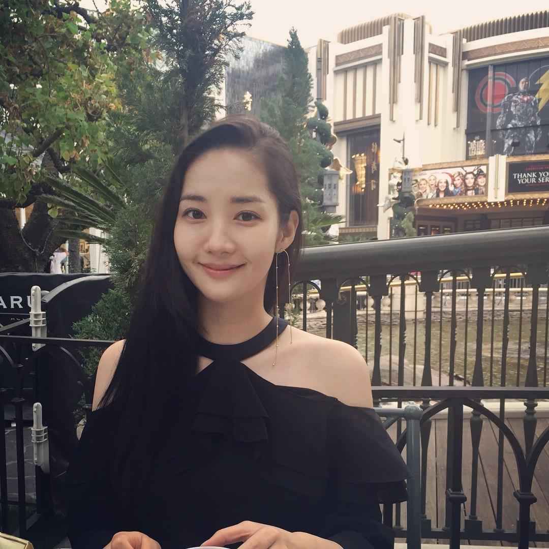 Trên phim là cô thư ký sành điệu nhất màn ảnh Hàn nhưng ngoài đời, style của Park Min Young lại giản dị và gần gũi vô cùng - Ảnh 1.