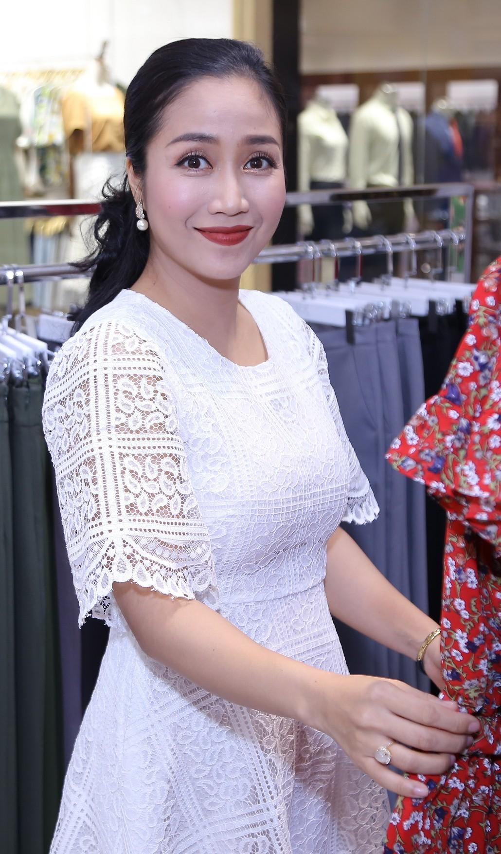 Bà mẹ 3 con Ốc Thanh Vân nhí nhảnh tạo dáng cùng gấu bông  - Ảnh 5.