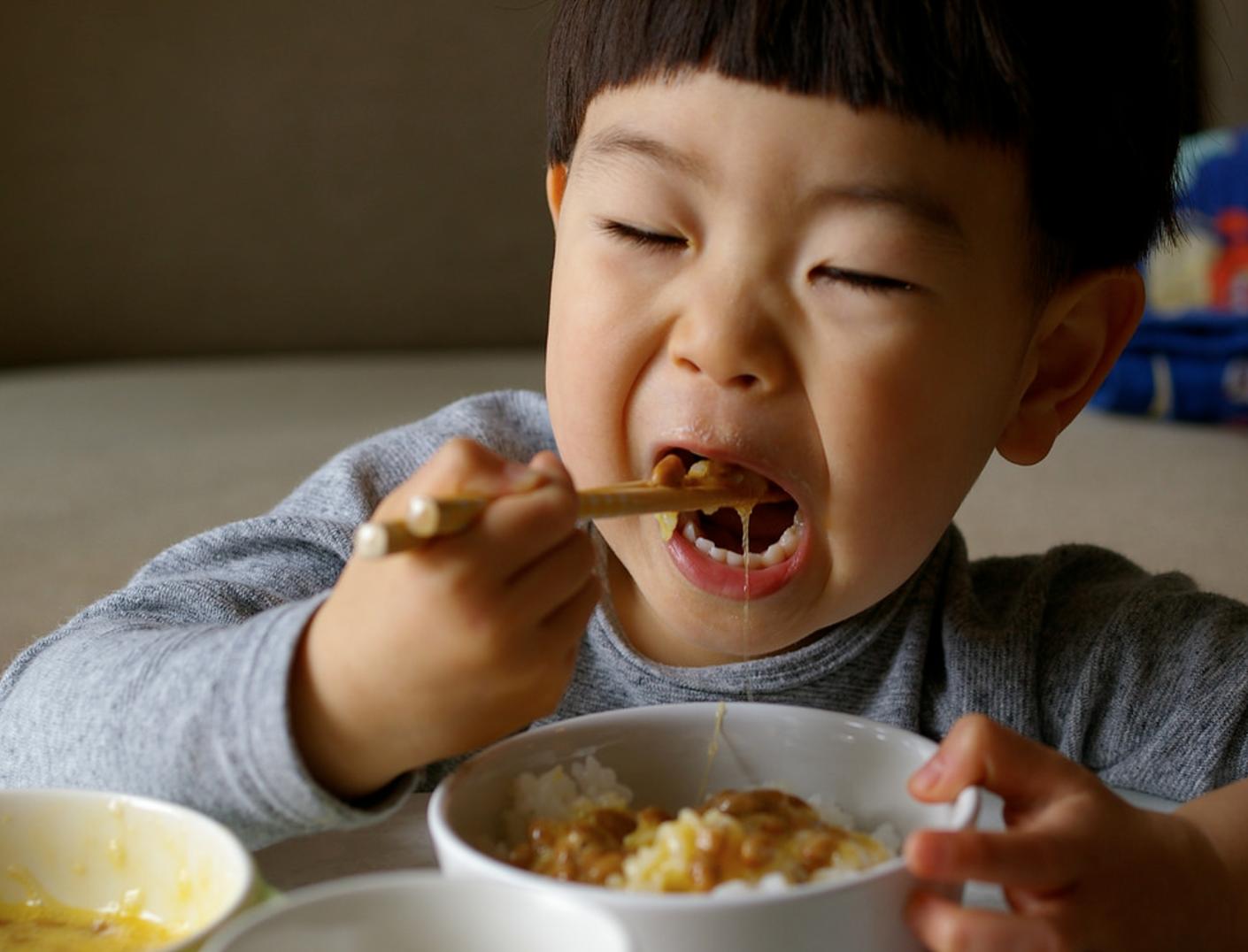 Các ông bố bà mẹ hiện đại ơi, đừng bao giờ để con ăn cơm một mình! - Ảnh 4.