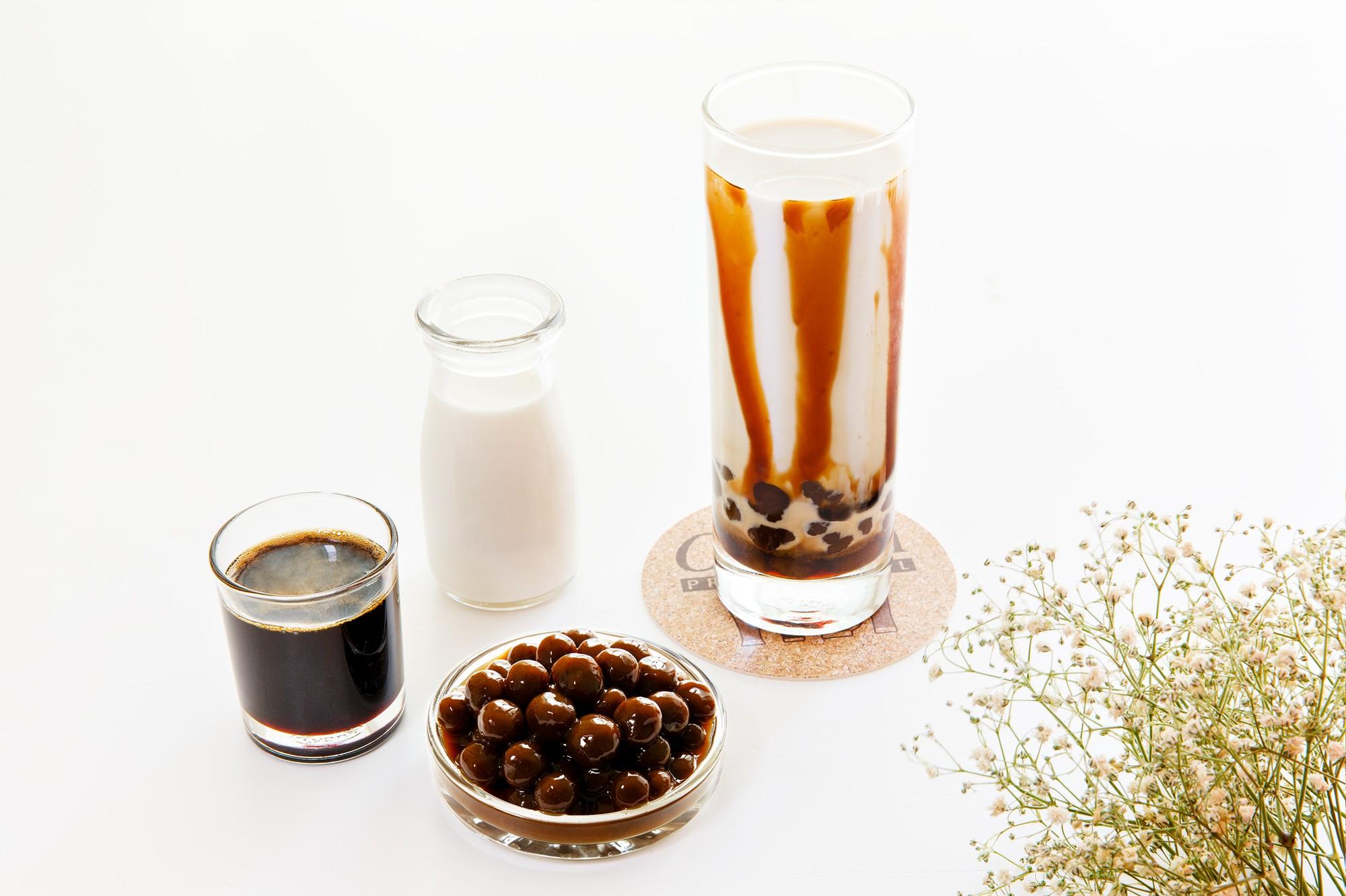 """Hot mom 8x Sài Gòn chia sẻ cách làm """"siêu phẩm"""" sữa tươi trân châu đường đen vạn người mê  - Ảnh 1."""