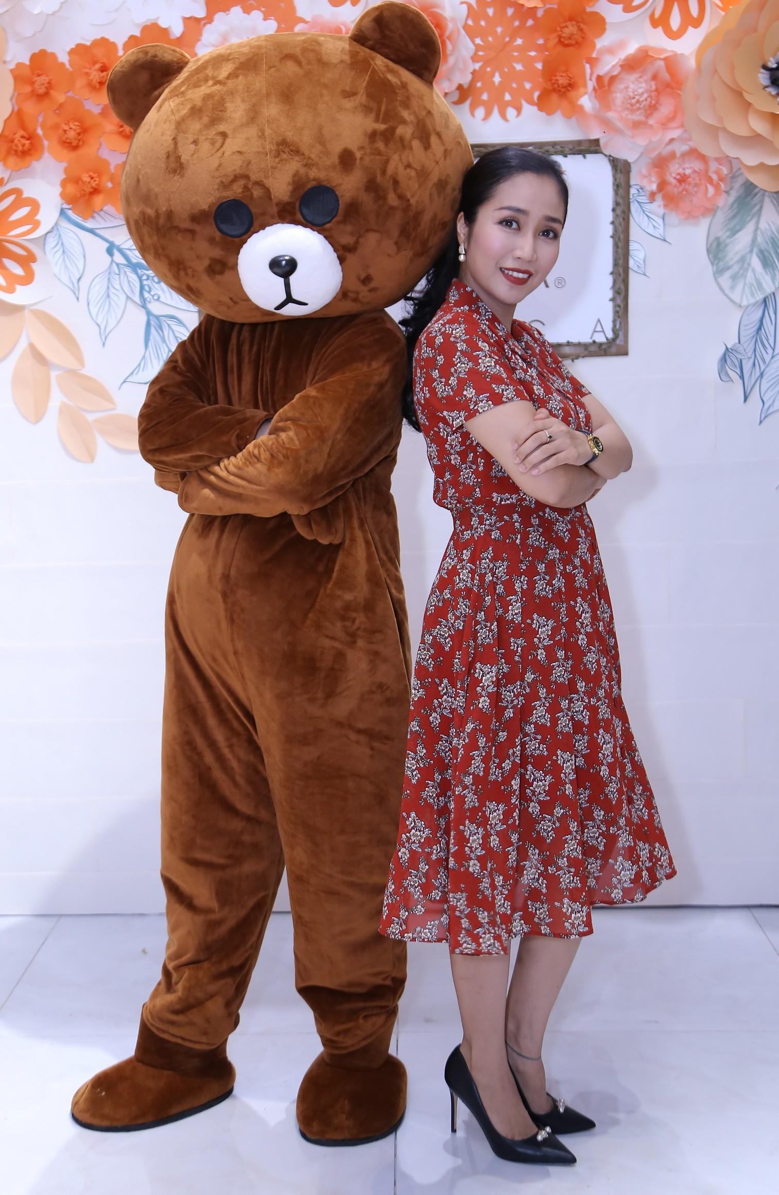 Bà mẹ 3 con Ốc Thanh Vân nhí nhảnh tạo dáng cùng gấu bông  - Ảnh 4.