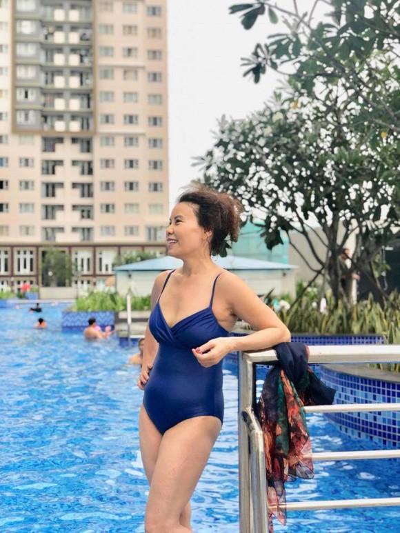Ở ngưỡng 61 tuổi mà mẹ Hà Hồ vẫn diện đồ bơi gợi cảm, khoe dáng vóc gắt thế này - Ảnh 1.