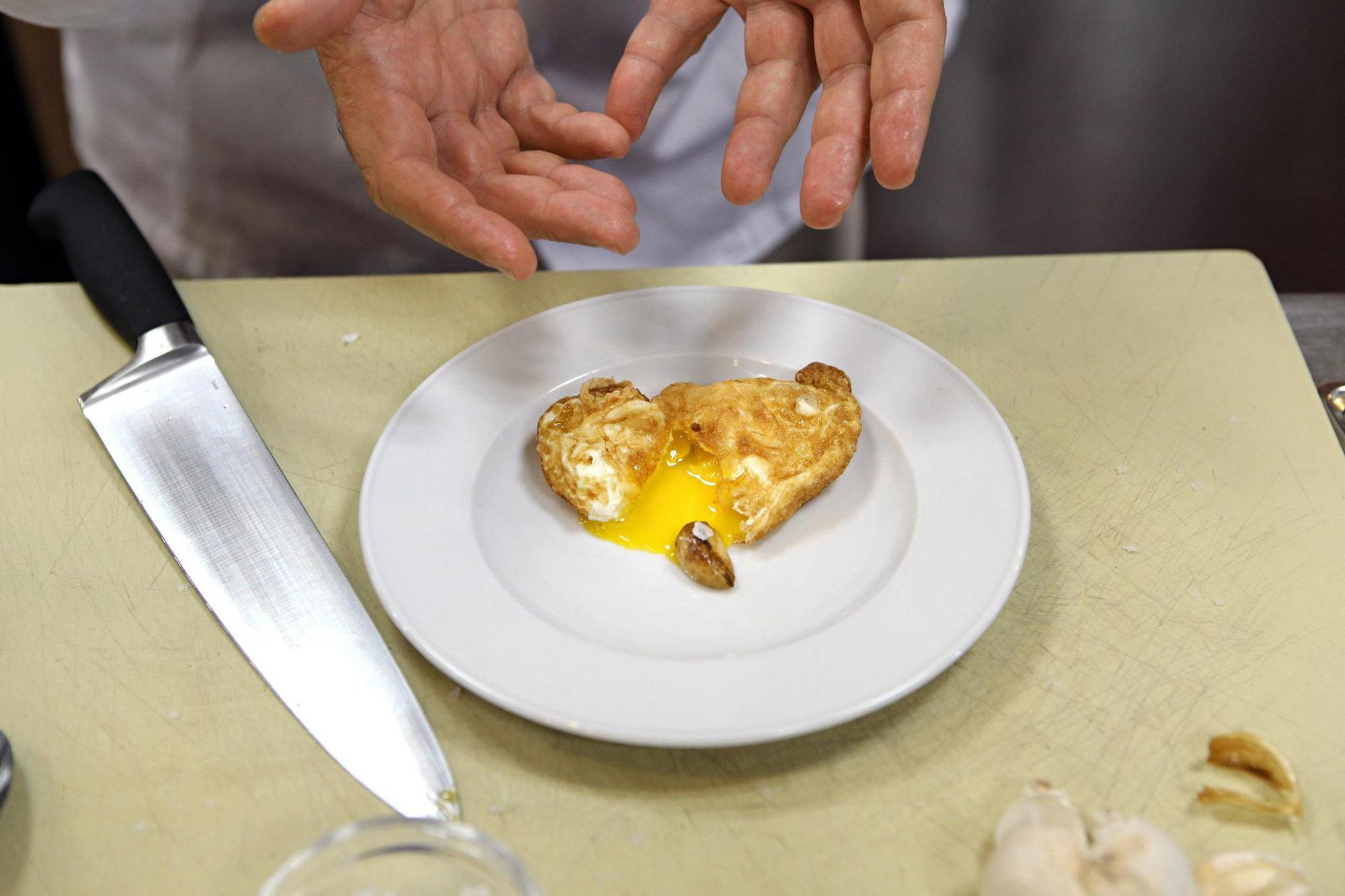 Cũng chỉ là chiên trứng thôi, nhưng nghiêng chảo như vị đầu bếp lừng danh này thì bạn sẽ có món trứng ốp la chuẩn 5 sao - Ảnh 5.
