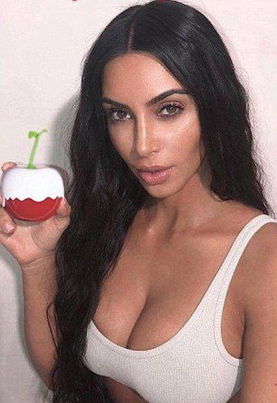 Nhanh nhẹn như Kim Kardashian: lấy ảnh cũ, photoshop tí chút thế là có ảnh mới để quảng cáo nước hoa - Ảnh 2.