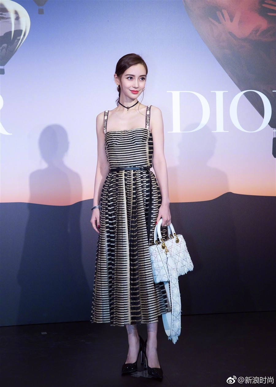 Mong manh, ngọt ngào như Angela Baby cũng phải nhường bước trước Phạm Hương khi diện chung một mẫu váy - Ảnh 6.
