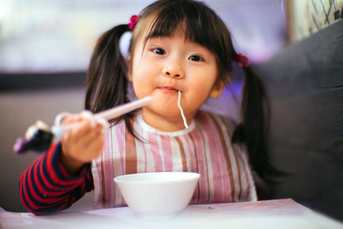 Dạy bé dùng đũa không hề khó nếu mẹ làm theo 5 bước cơ bản dưới đây - Ảnh 1.