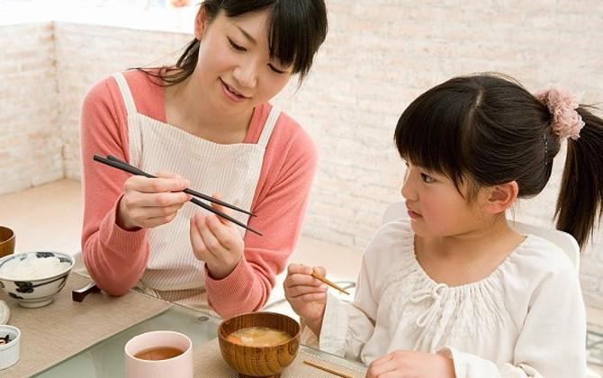 Dạy bé dùng đũa không hề khó nếu mẹ làm theo 5 bước cơ bản dưới đây - Ảnh 6.