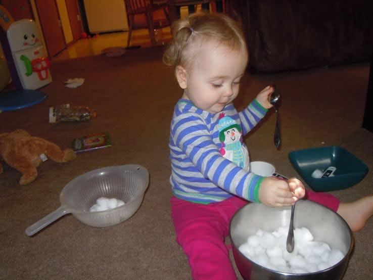 Cuối tuần mà không thể ra ngoài, vẫn còn hàng chục trò chơi trong nhà thú vị khiến bé bận rộn không phút chán - Ảnh 2.