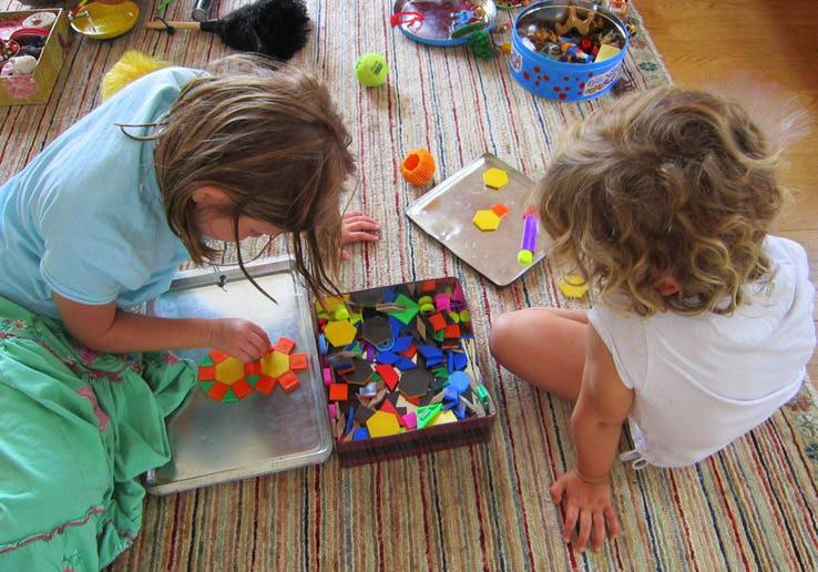 Cuối tuần mà không thể ra ngoài, vẫn còn hàng chục trò chơi trong nhà thú vị khiến bé bận rộn không phút chán - Ảnh 8.