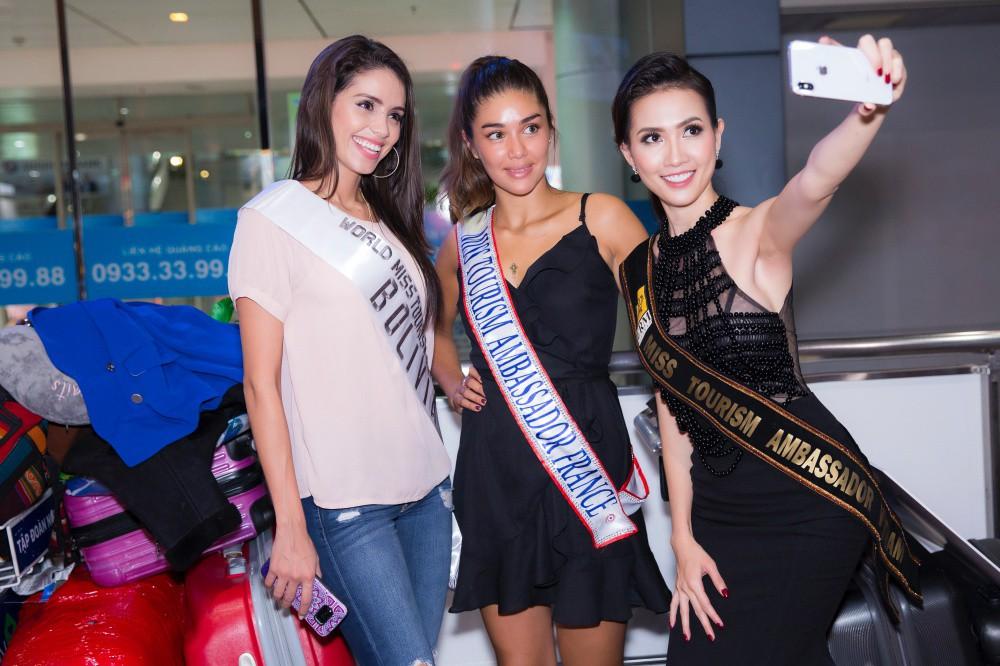 Phan Thị Mơ xinh đẹp ra sân bay đón dàn thí sinh Hoa hậu đại sứ du lịch thế giới - Ảnh 1.