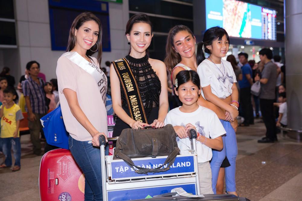 Phan Thị Mơ xinh đẹp ra sân bay đón dàn thí sinh Hoa hậu đại sứ du lịch thế giới - Ảnh 3.