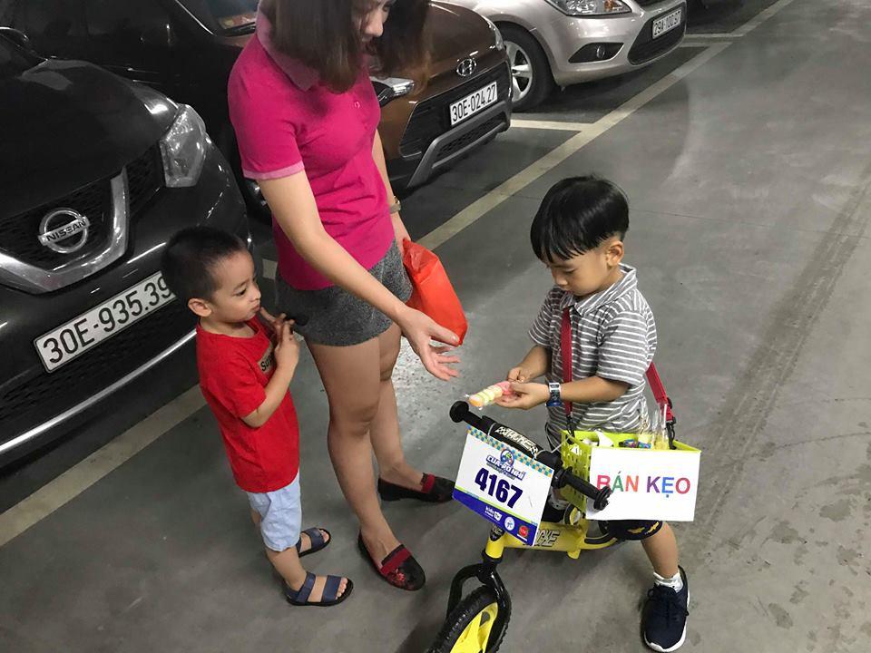 Lãi 178 nghìn đồng sau 2 buổi đi bán kẹo, cậu bé 4 tuổi ở Hà Nội học được nhiều điều nhờ cách dạy con kiếm tiền của mẹ - Ảnh 1.