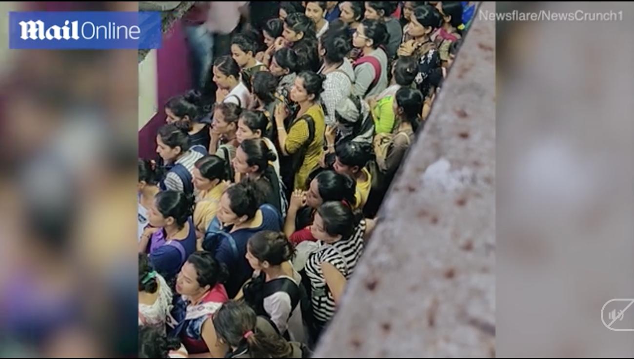 Cảnh tượng chen lấn xô đẩy nguy hiểm đến khó tin tại ga tàu hỏa Ấn Độ giờ cao điểm - Ảnh 1.