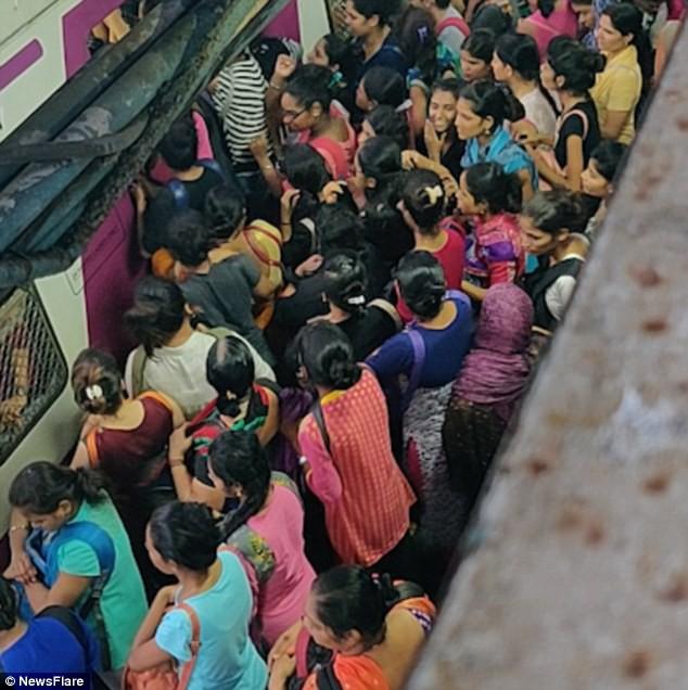 Cảnh tượng chen lấn xô đẩy nguy hiểm đến khó tin tại ga tàu hỏa Ấn Độ giờ cao điểm - Ảnh 2.